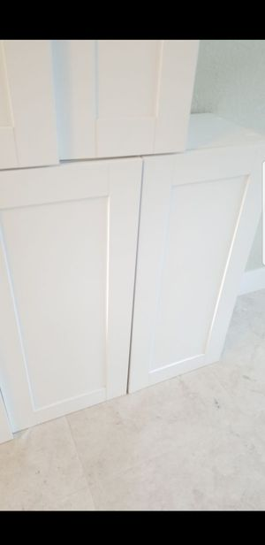 4 Solid Wood Kitchen Cabinets. White Shaker. Brand New for Sale in Hialeah, FL