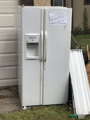 GE Refrigerator—-FREE. It does work! for Sale in Saint Paul, MN