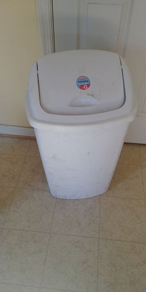 Kitchen trash can with lid for Sale in Kearneysville, WV