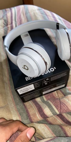Beats solo 3 satin silver for Sale in Westland, MI