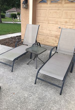Two lounge chairs and one end table for Sale in Lutz, FL