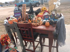 Table and chairs for Sale in Apple Valley, CA