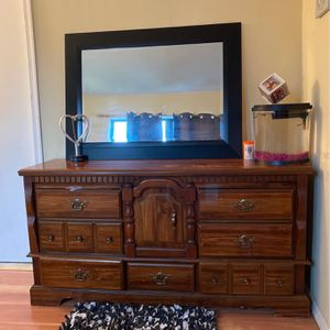 Beautiful Dresser And Mirror for Sale in Edison, NJ