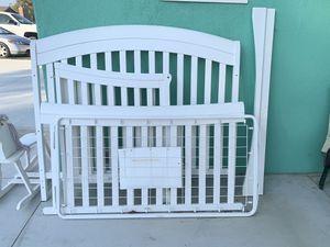 White convertible baby crib & mattress for Sale in Jurupa Valley, CA