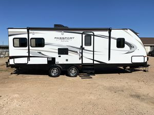 2019 Passport UltraLite grand touring 25 foot travel trailer with one large slide garage kept since brand new in immaculate condition for Sale in Surprise, AZ