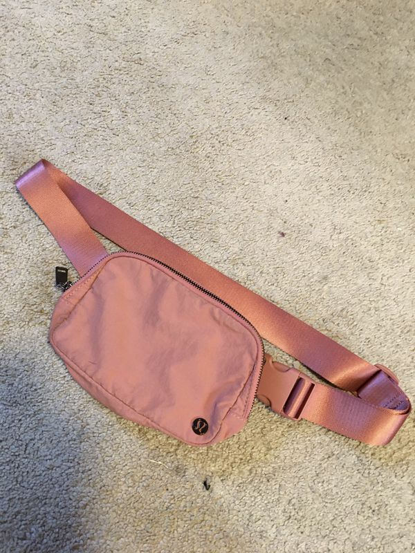 Woman's Lululemon fanny pack!