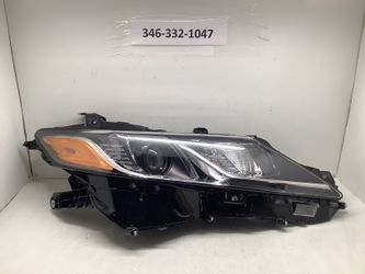 2018 2020 Toyota Camry right headlight for Sale in Houston,  TX