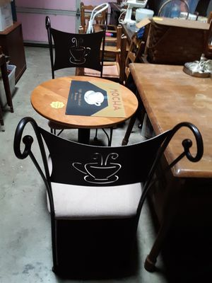 Cute Breakfast table and chairs for Sale in Arlington, WA