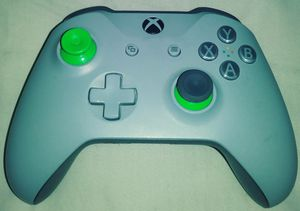 Xbox one Grey+green controller for Sale in Elk Grove Village, IL