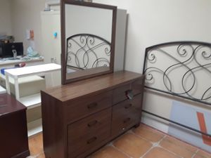 Dresser with mirror for Sale in Antioch, CA