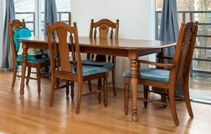 Broyhill table with 4 chairs for Sale in Chicago, IL