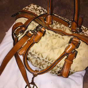 Cartera Michael Kors for Sale in Los Angeles, CA