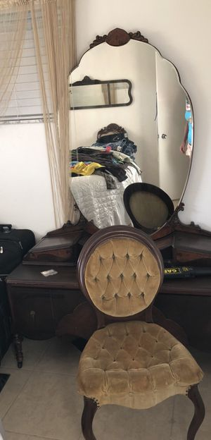 Antique dresser with mirror for Sale in Clearwater, FL