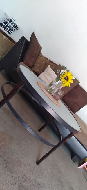 Round glass top table for Sale in Alvin, TX