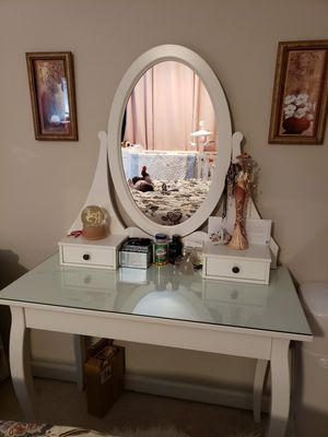 Small bedroom set with mirror for Sale in Federal Way, WA