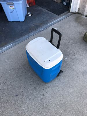 Igloo Cooler with Handle and wheels for Sale in Rancho Cucamonga, CA