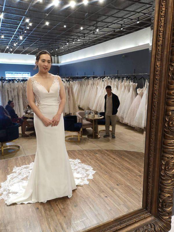 Elegant & sultry Enzoani Blue Laramie Size 4 wedding dress in light ivory