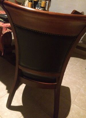 LIKE NEW ! Gorgeous wooden design table that has extension. 4 large wooden/leather design chairs for Sale in Tomball, TX