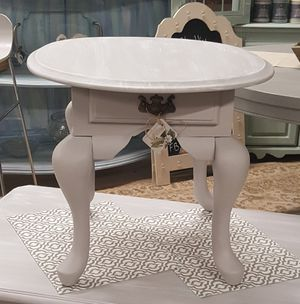 End table with white washed top for Sale in Moseley, VA