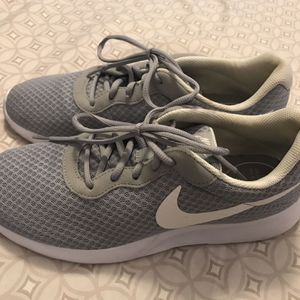 Nike Men's Size 11 Gray Gym Shoe Like New for Sale in Frankfort, IL