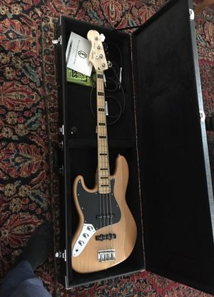 BEAUTIFUL RARELY USED FENDER SQUIER LEFT HANDED BASS GUITAR for Sale in East Haddam, CT