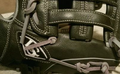 Louisville Slugger Adult Baseball Or Softball Glove 11.5 Inch for Sale in Tigard,  OR