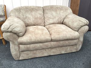 Very Nice, Very Comfortable La-Z-Boy Loveseat / Couch - Delivery Available for Sale in Joint Base Lewis-McChord, WA