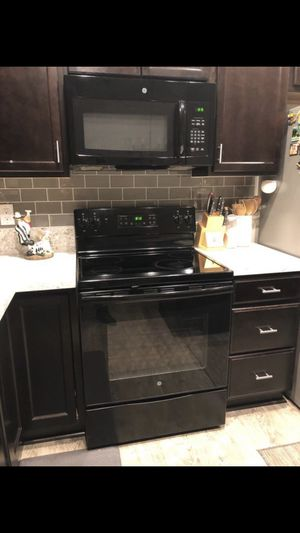 GE black electric range and microwave set for Sale in Lake Stevens, WA