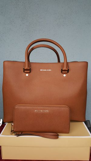 New Authentic Michael Kors Large Handbag Comes With A Long Shoulder Strap And Large Wallet for Sale in Montebello, CA