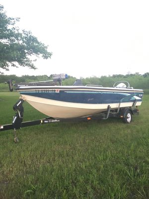 98 model excellent for fishing and skiing live wells trolling motor 150 horse Johnson runs like a top very clean easy drive on trailer new tires stic for Sale in Plano, TX