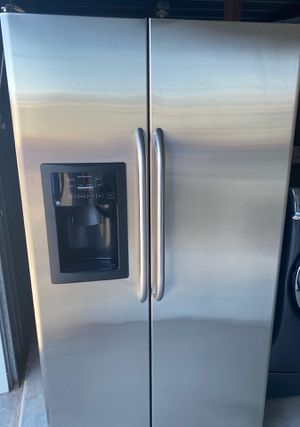 Ge side by side refrigerator for Sale in Las Vegas, NV