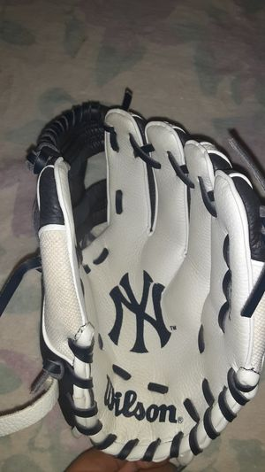 WILSON A200 youth New York Yankees Baseball glove for Sale in Queens, NY