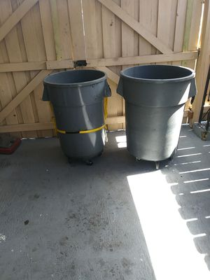 trash bin on wheels one is 44. gallon. and the. other. is. bigger $ 45. each. no lower ball for Sale in Miami, FL