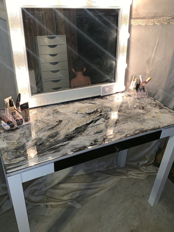 $200 today only Lighted makeup vanity set