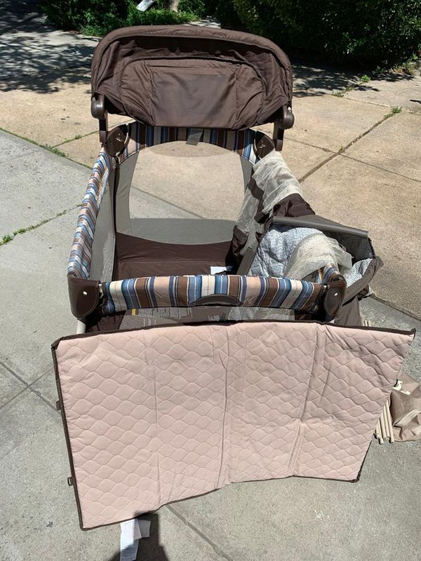Pack n play with changing table