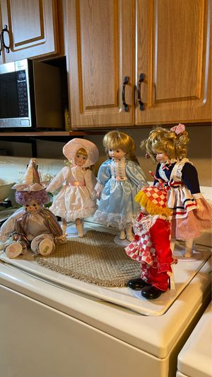 5 Dolls w/stands for Sale in Lowell, MA