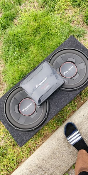 2 Pioneer 12's and 2000W Pioneer amp for Sale in Columbia, TN
