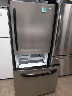 33IN. STAINLESS STEEL BOTTOM FREEZER FRIDGE WORKING PERFECTLY for Sale in Baltimore, MD