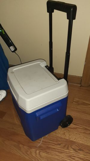 A NICE LIL COOLER IT HAS WHEELS ON IT I SELL IT FOR 15 BUCKS for Sale in Chicago, IL