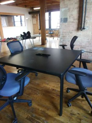 Desk w/ 4 rolling chairs for Sale in Chicago, IL
