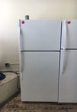 Kenmore white top mount refrigerator for Sale in Cleveland, OH