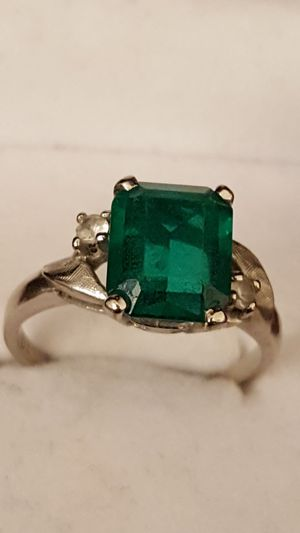 10k Real White gold, Real diamonds, 3.08grs, Sz 7.5, beautiful green stone on it. this vintage Ring is 10k real whte gold. for Sale in Fort Mitchell, KY