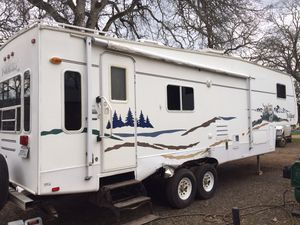 2004 wildcat by forest river 32 ft fifth wheel trailer with 2 slides for Sale in Bangor, CA