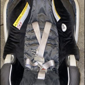 Infant Car seat With Base for Sale in Henderson, NV