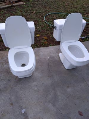 Dos toiles de venta en muy buenas condiciones y esta muy limpia en todo 140 por los dos .se istala toiled tambien for Sale in Dallas, TX