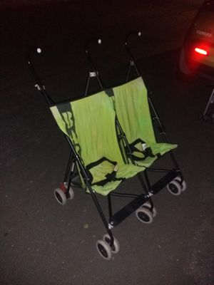 Double Umbrella Stroller -Compact folds for trips for Sale in Alexandria, VA