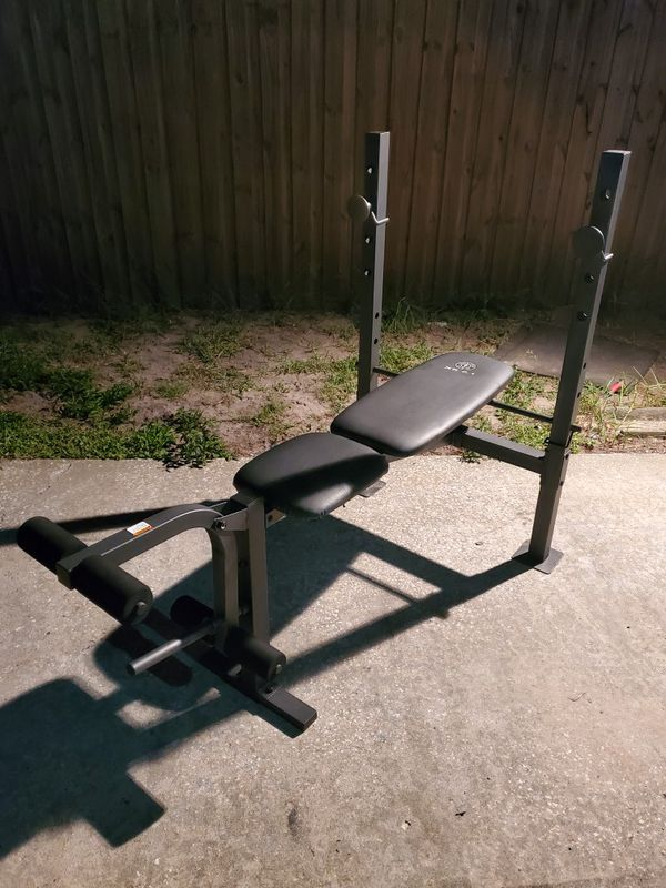 Golds gym adjustable weight bench (includes bar and 150lbs of weights)