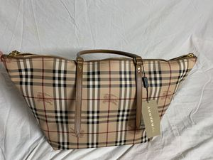 Burberry large tote haymark handbag 100% authentic for Sale in Richmond, TX