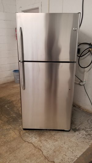 GE TOP BOTTOM REFRIGERATOR for Sale in Columbus, OH