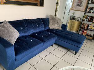 Blue velvet diamond couch for Sale in Miami, FL